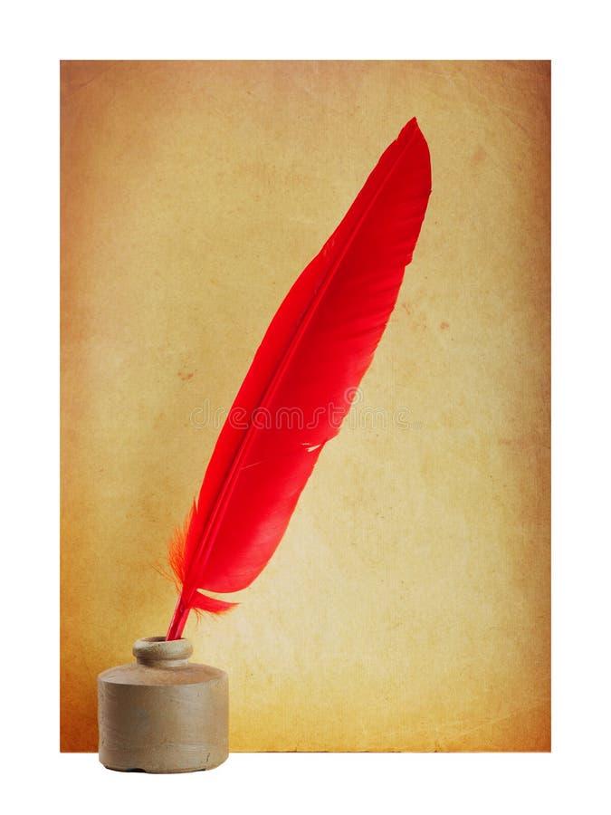 Rote Feder in der Tinte lizenzfreie stockfotografie