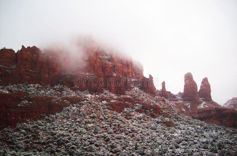 Rote Felsen im Winter und im Nebel stockfotografie
