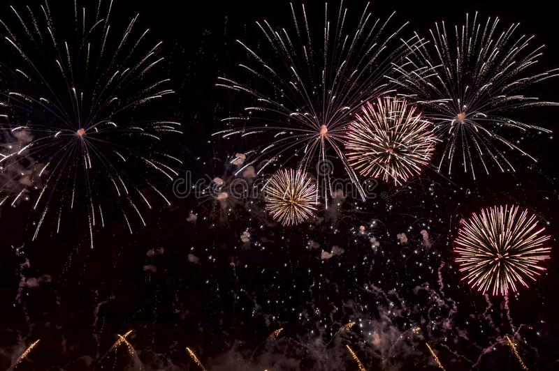 Rote Feuerwerke auf schwarzem Hintergrund für herausgeschnitten Für Feierdesign Abstrakter Feiertagsfeuerwerks-Darstellungshinter lizenzfreie stockfotografie