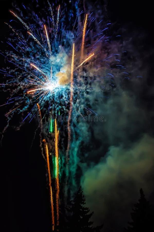 Rote Feuerwerke am Stadtfestival stockbilder