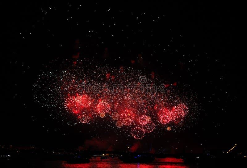Rote Feuerwerksanzeige am Scharlachrot segelt Festlichkeit in St Petersburg, Russland lizenzfreies stockbild