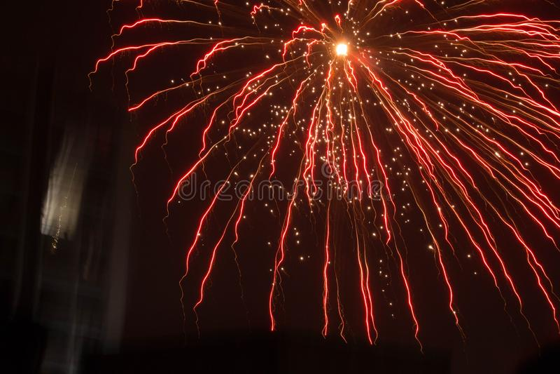 Rote Feuerwerksexplosion lizenzfreies stockbild