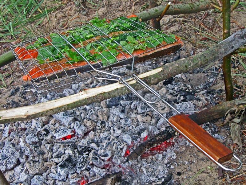 Rote Fische, die auf dem Feuer kochen, Umgebungsdetails, stockfotos
