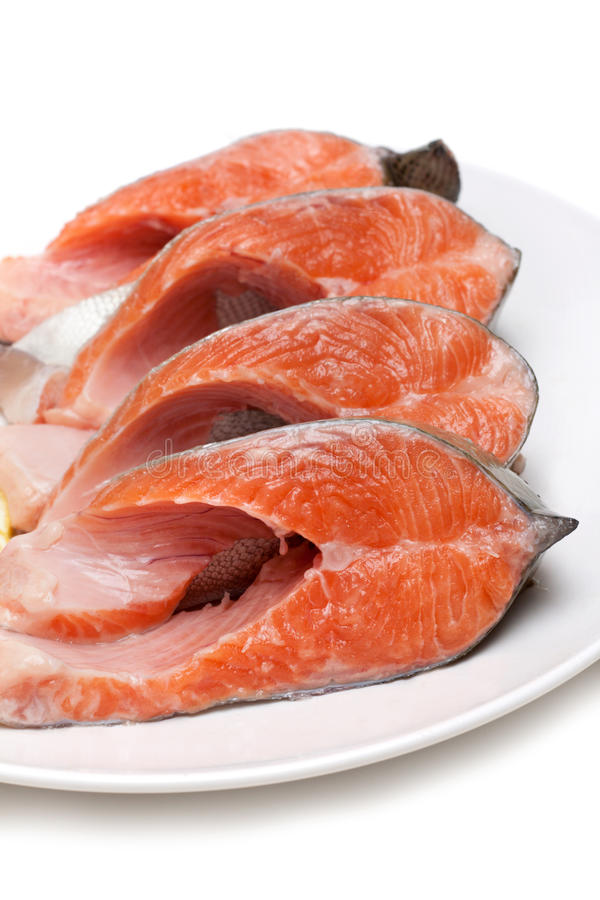 Rote Fische gebissen mit Zitrone auf Platte lizenzfreie stockbilder