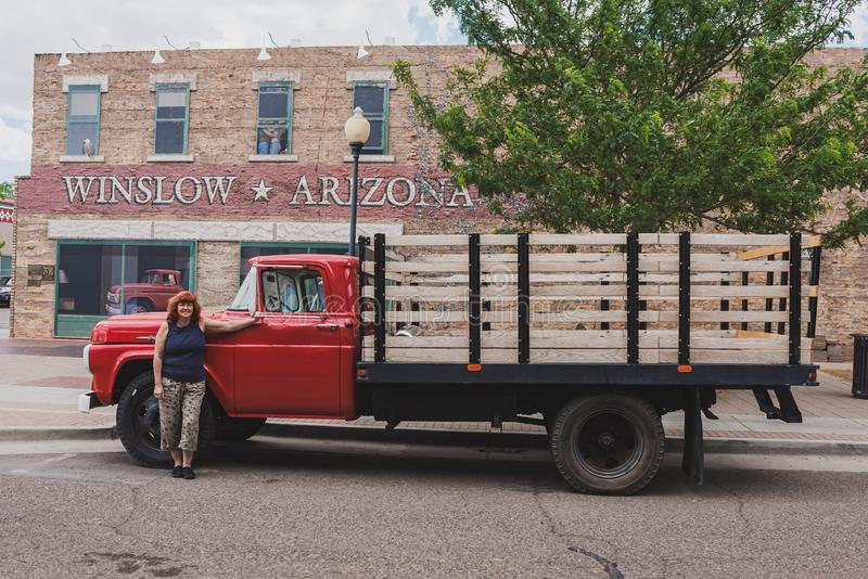 Rote Flachbettfurt Winslow Arizona mit Frau stockbild