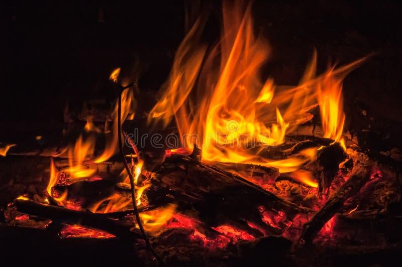 Rote Flammen über schwarzem Hintergrund lizenzfreie stockbilder