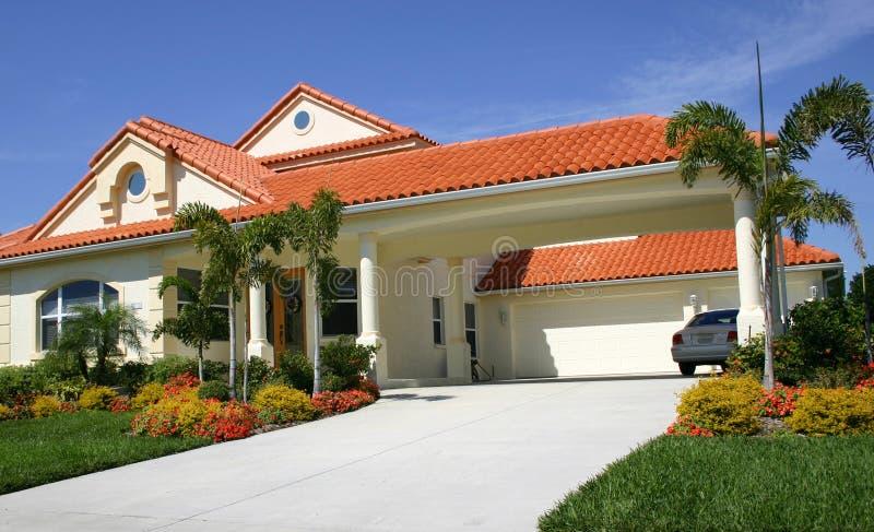 Rote Fliese Dach lizenzfreies stockfoto