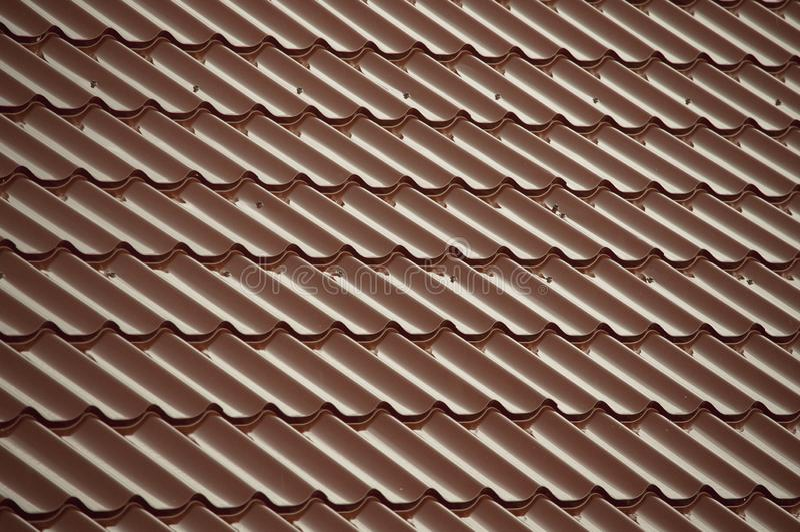 Rote Fliesen, die das Dach bedecken lizenzfreie stockfotografie