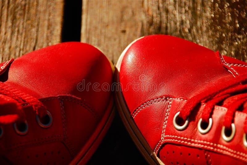 Rote Freizeit-Schuhe Stockbild
