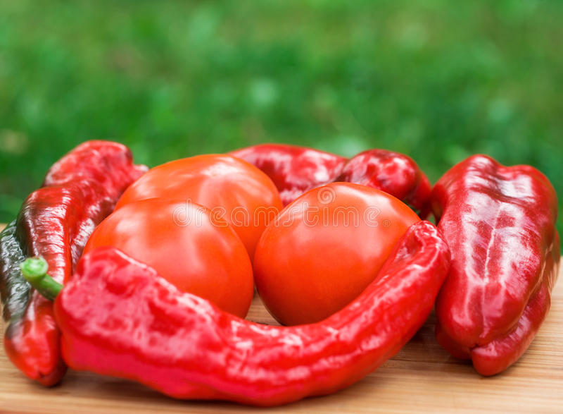 Rote frische Pfefferfrüchte lizenzfreie stockbilder