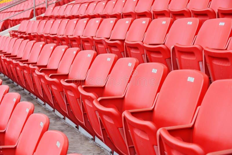 Rote Fußballsitze lizenzfreie stockfotos