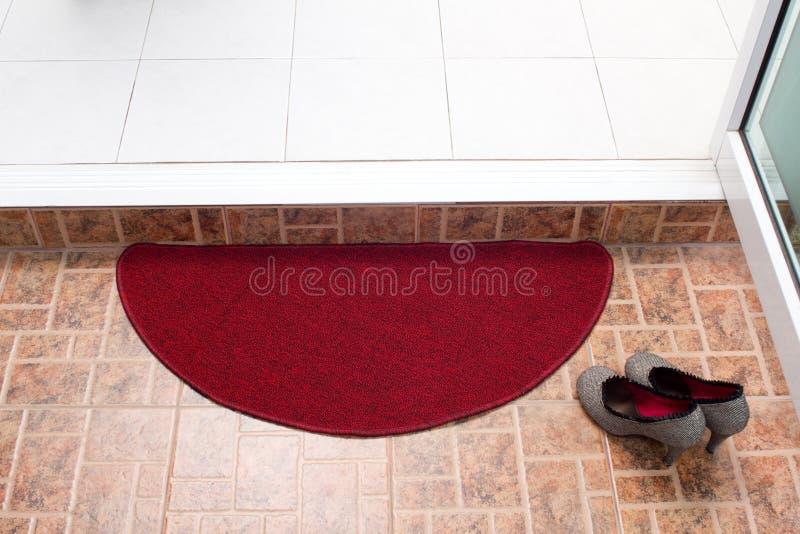 Rote Fußmatte lizenzfreies stockfoto