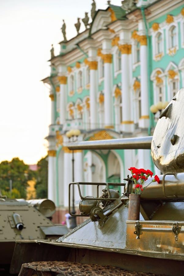 Download Rote Gartennelken In Einer Gewehrpatrone Auf Der Mitte Des Sowjets Ta Stockbild - Bild von plasterung, architekt: 106801855