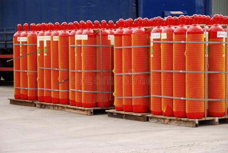 Rote Gaszylinder lizenzfreie stockfotografie