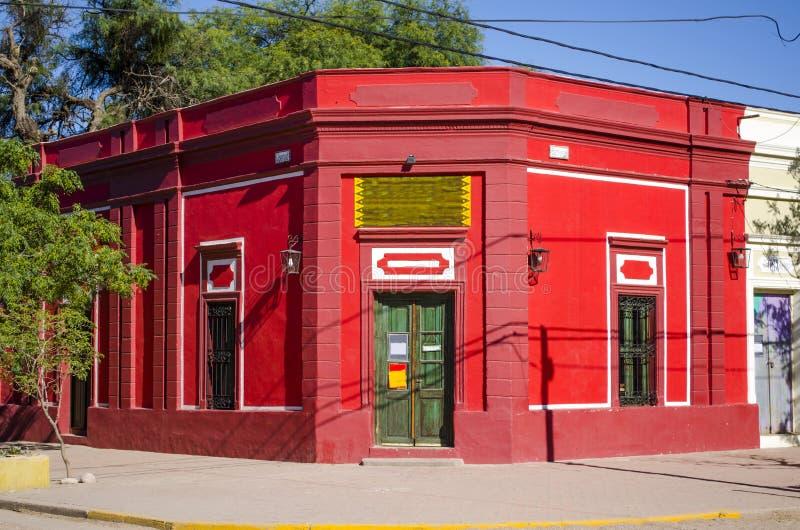 Rote Gebäudefassade lizenzfreie stockfotografie