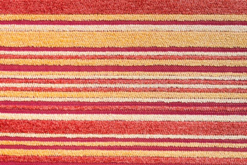 Rote gelbe Teppich-Beschaffenheit oder Hintergrund 2 mit Teppich auslegen stockfotos