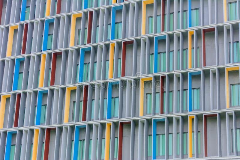 Rote, gelbe und blaue Fassade über Gebäude des modernen Designs lizenzfreies stockbild
