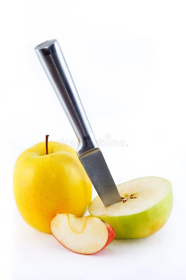 Rote, gelbe und grüne saftige Äpfel, slic lizenzfreie stockfotografie