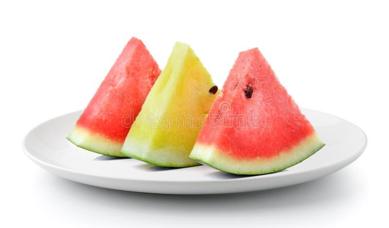 Rote gelbe Wassermelone in der Platte lokalisiert auf einem weißen Hintergrund stockfotos