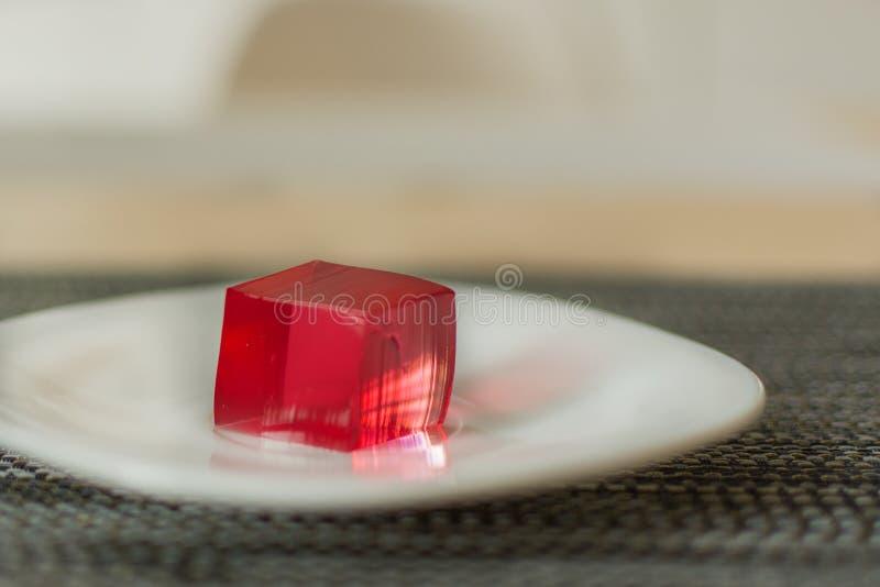 Rote Geleewürfel auf weißem Plattenhintergrund stockfoto