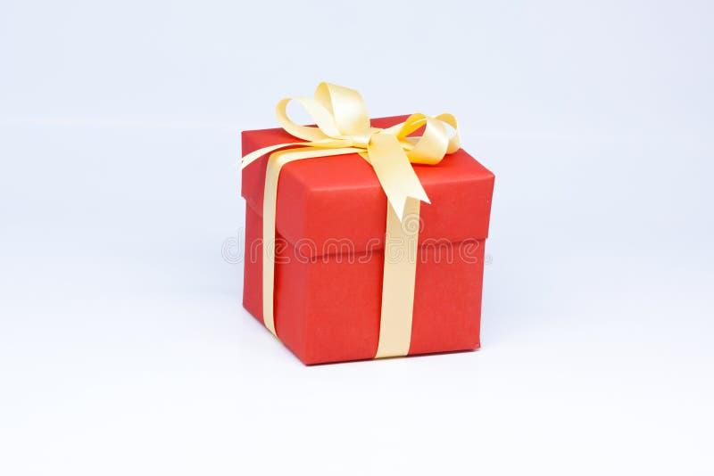 Rote Geschenkbox auf lokalisiert auf weißem Hintergrund stockfotografie