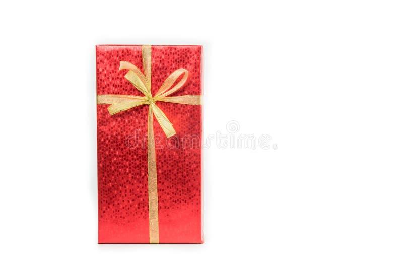 Rote Geschenkbox mit dem Goldband lokalisiert stockbild