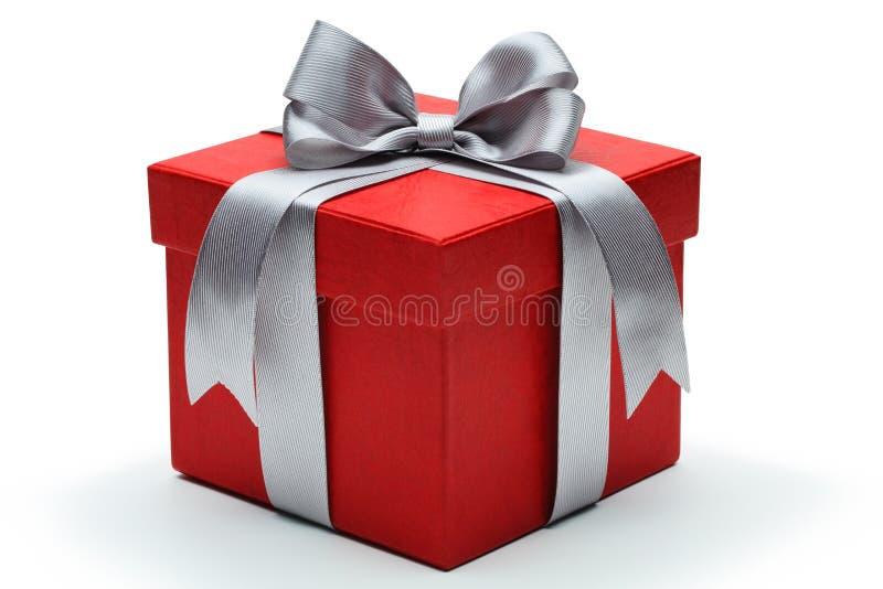 Rote Geschenkbox mit silbernem Bandbogen lizenzfreie stockfotos
