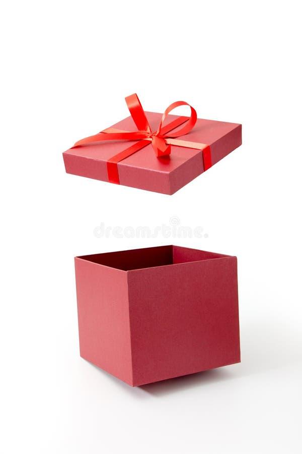 Rote Geschenkbox offen mit Band stockfotografie