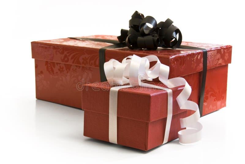 Rote Geschenkkästen mit weißem und schwarzem Farbband stockbild