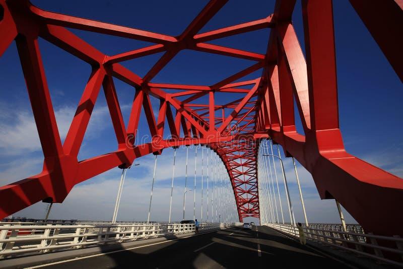 Rote gewölbte Stahlbrücke stockfoto