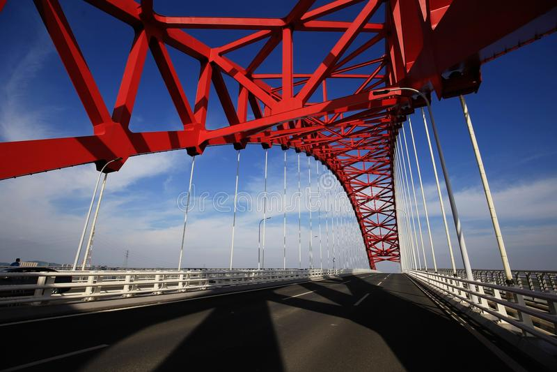 Rote gewölbte Stahlbrücke lizenzfreies stockfoto