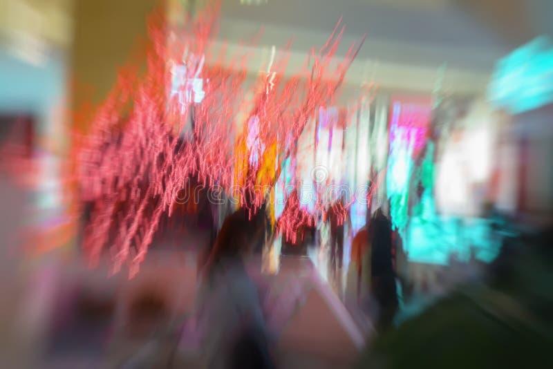 Rote Girlande, Weihnachten verziert, im Einkaufszentrum, Weihnachten, Funkeln beleuchtet Abstrakte defocused Bewegung geverwischt lizenzfreies stockbild