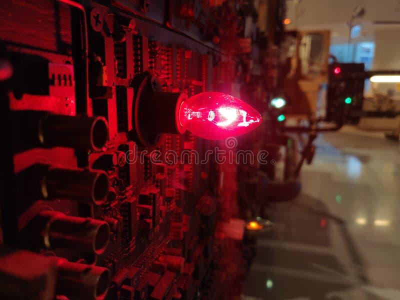 Rote Glühlampen auf elektrischen Stromkreisen lizenzfreie stockfotos