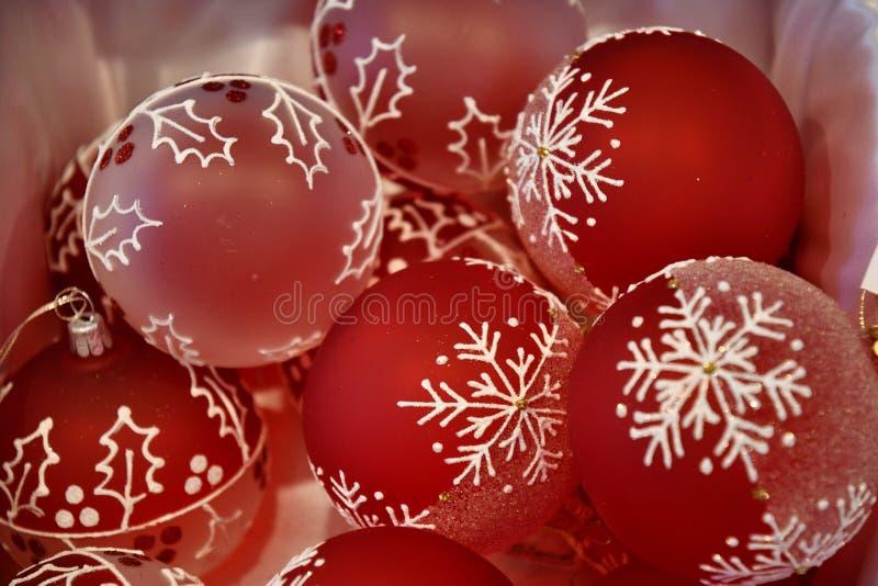 Rote Glasbirnen mit eisigem Muster der weißen Schneeflocke Fröhliche und helle Weihnachtsbaumschmucknahaufnahme Gelbe und rote Fa lizenzfreie stockfotografie