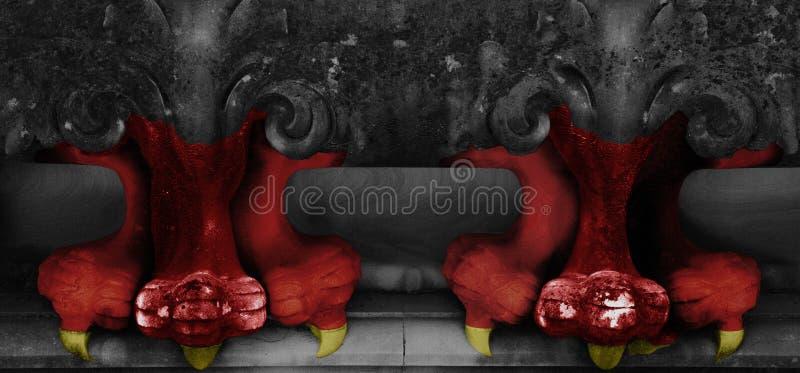 Rote Greifer mit gelben Nägeln stockfotografie