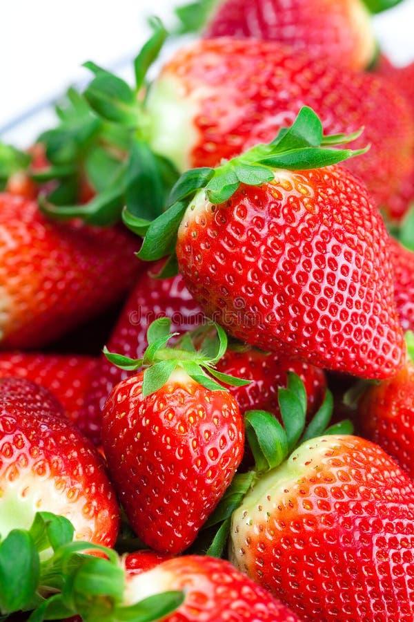 Rote große saftige reife Erdbeeren lizenzfreie stockfotos
