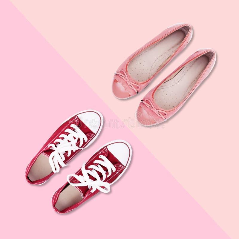 Rote Gummiüberschuhe mit weißen Spitzeen und rosa Schuhe auf buntem Hintergrund stockfotografie