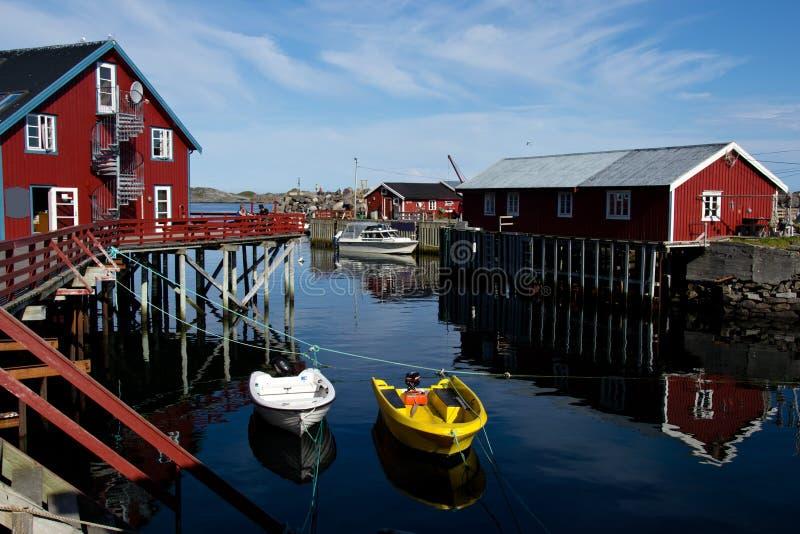 Rote Häuser auf Lofoten-Inseln in Norwegen stockfotografie