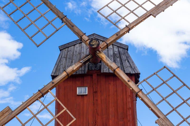 Rote hölzerne Windmühle lizenzfreie stockbilder