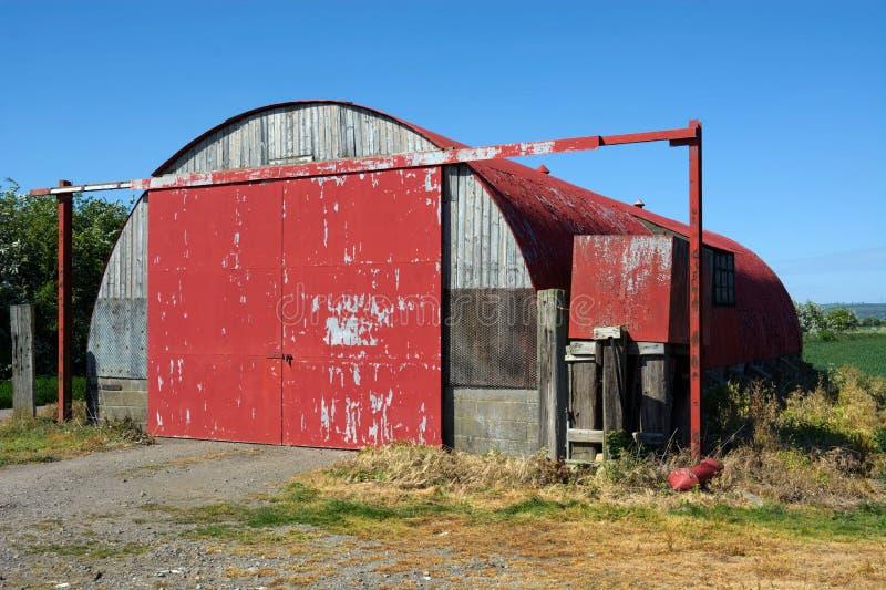 Rote H?tte WW2 Nissen Bauernhofspeicher Gro?britannien stockbilder
