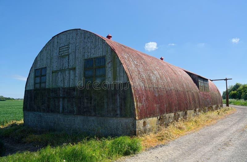 Rote H?tte WW2 Nissen Landwirtschaftliche Speicherung Gro?britannien lizenzfreies stockfoto