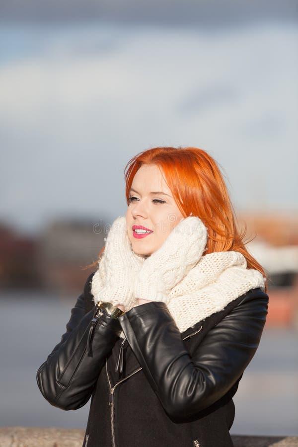 Rote Haarfrau der Schönheit in der warmen Kleidung im Freien stockbilder