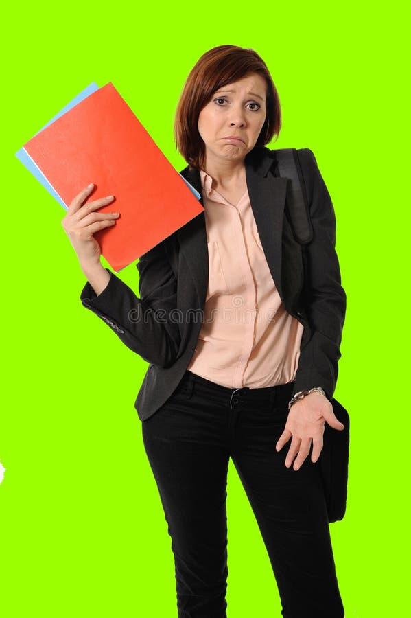 Rote Haarfrau oder -student des Geschäfts beim Druckdenken gesorgt während, ein Portfolio in grünem croma Schlüssel tragend stockbilder
