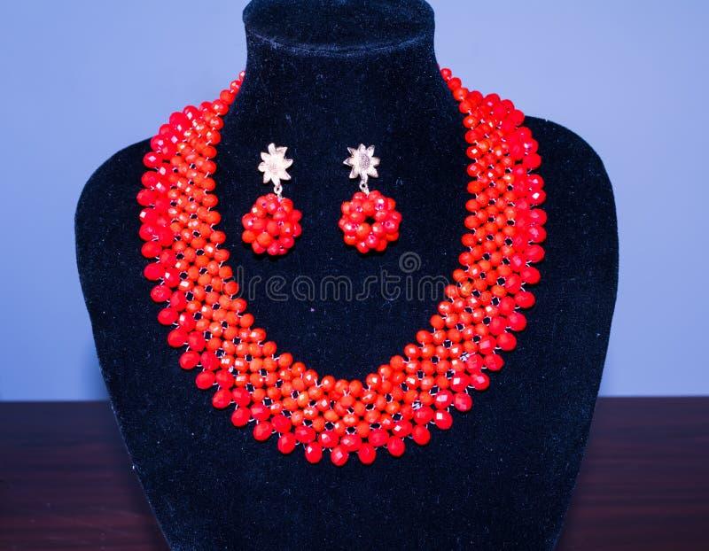 Rote Halskette und Ohrringe von Perlen 10 lizenzfreies stockfoto