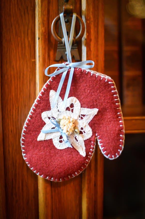 Rote Handschuh-Weihnachtsverzierung mit blauem Band stockfoto