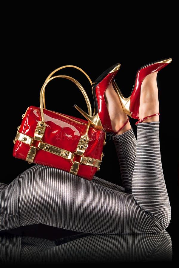 Rote Handtasche und Pumpen stockfotografie