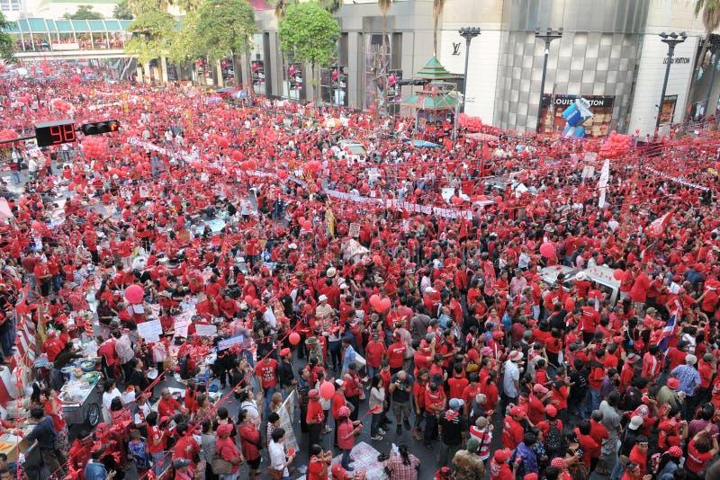 Rote Hemden protestieren in zentralem Bangkok lizenzfreie stockbilder
