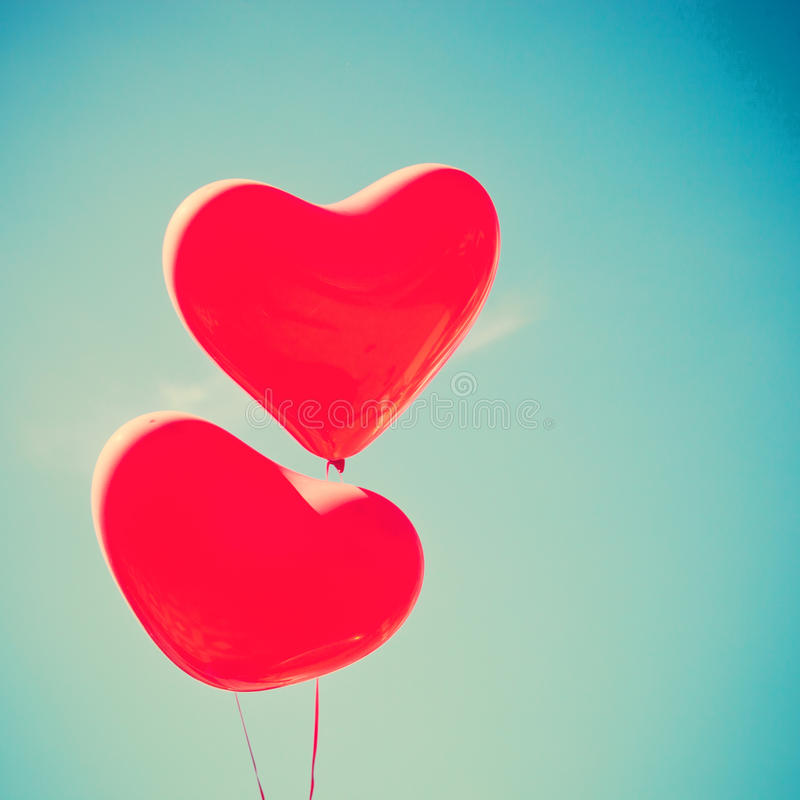 Rote Herz-förmige Ballone stockfotos