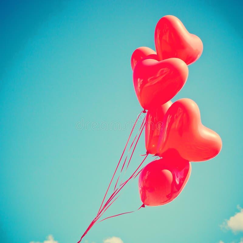 Rote Herz-förmige Ballone stockfoto