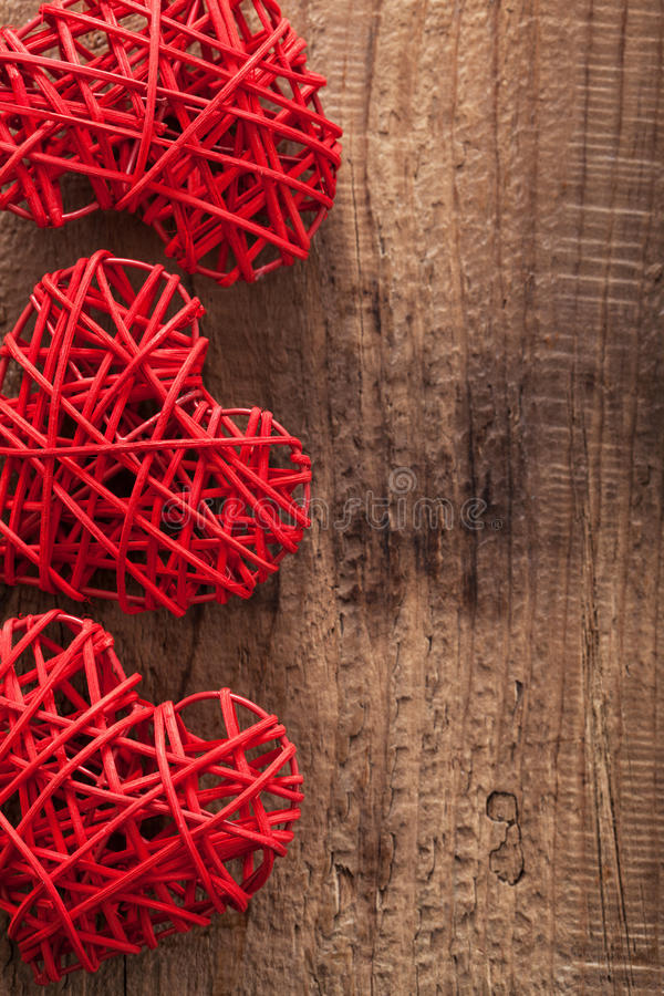 Rote Herzen über hölzernem Hintergrund für Valentinsgrußtag lizenzfreie stockbilder